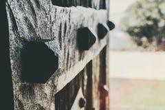 Close up de forjar detalhes de uma porta de madeira velha imagem de stock