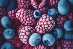 Close up de framboesas e de mirtilos congelados imagem de stock royalty free