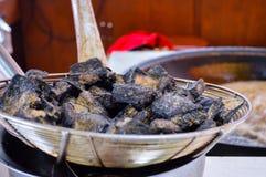 Close-up de Fried Black Chinese Stinky Tofu profundo imagem de stock