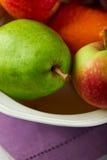 Close up de frutas misturadas em uma bacia Fotos de Stock Royalty Free