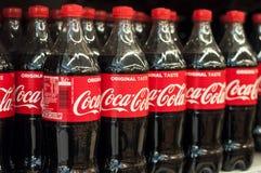 close up de garrafas da coca-cola no supermercado de Cora Foto de Stock