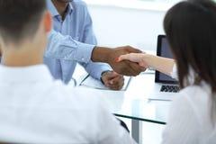 close-up de handdruk van werknemers in de werkplaats stock foto