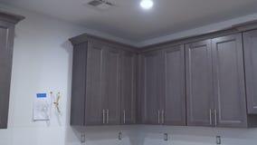 Close up de instalação escuro do armário da cozinha da construção do design de interiores vídeos de arquivo
