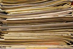 Close up de jornais e de compartimentos velhos, pilha, vista lateral foto de stock royalty free