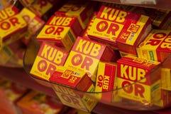 Close up de Kub ou caldo do cubo, o tipo francês no supermercado de Cora Imagem de Stock