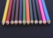Close-up de lápis coloridos no fundo preto Imagens de Stock