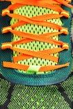 Close-up de laços de tênis de corrida coloridos Imagens de Stock
