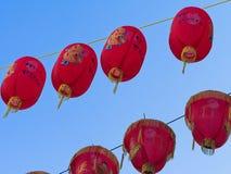 Close-up de lanternas vermelhas chinesas pelo ano novo chinês contra o fundo do céu azul fotografia de stock