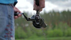 Close-up de linha de pesca movente no giro filme