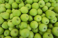 Close up de maçãs verdes em um mercado Imagens de Stock Royalty Free