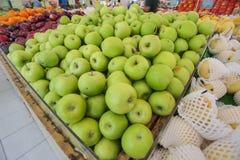Close up de maçãs verdes em um mercado Fotografia de Stock Royalty Free