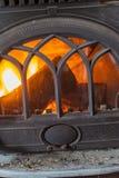 Close up de madeira ardente do fogo na chaminé home imagens de stock