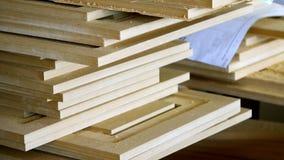 Close-up de madeira, detalhes do MDF F?brica da mob?lia A fabricação de fachadas da mobília Fabricação de madeira da mobília filme