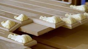 Close-up de madeira, detalhes do MDF no desktop unpainted F?brica da mob?lia A fabricação de fachadas da mobília De madeira video estoque
