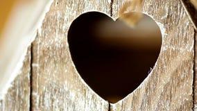 Close-up de madeira do castiçal dos elementos com uma janela sob a forma do coração video estoque