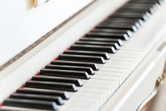 Close up de madeira do teclado de piano do vintage branco imagens de stock royalty free