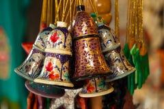 Close-up de madeira pintado colorido das decorações do Natal em um mercado Fotografia de Stock Royalty Free