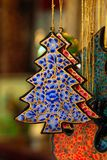 Close-up de madeira pintado colorido das decorações do Natal em um mercado Imagens de Stock