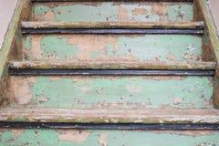 Close-up de madeira velho das escadas com detalhes e estilo urbano foto de stock royalty free