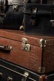 Close-up de malas de viagem gastos de um vintage da pilha Fotografia de Stock Royalty Free