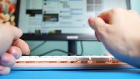 Close-up De mening van de eerste-persoon De vrouwelijke handen die op een roze typen tikken berichten in sociale netwerken, tegen stock footage