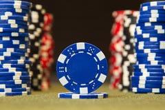 Close up de microplaquetas de pôquer na superfície da tabela de cartão de feltro do verde Imagem de Stock