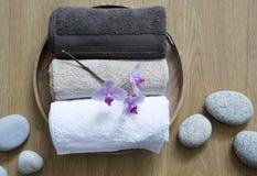 Close up de mimar toalhas e pedras do zen para o bodycare fêmea Foto de Stock Royalty Free