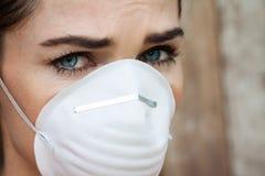 Close-up de mulher interessada que veste uma máscara protetora foto de stock royalty free