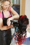 Close up de ondulação do cabelo do cabeleireiro foto de stock royalty free