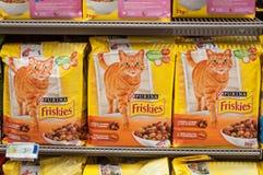 Close up de pacotes de Friskies o tipo francês da comida de gato no supermercado de Cora Fotografia de Stock Royalty Free
