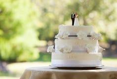 Close-up de pares da estatueta no bolo de casamento Fotos de Stock Royalty Free