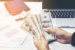 Close-up de Person Hand Giving Money To a outra mão Fotos de Stock Royalty Free