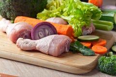 Close-up de pilões de galinha com vegetais Imagens de Stock Royalty Free