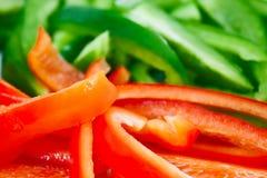 Close up de pimentas vermelhas e verdes desbastadas Imagens de Stock Royalty Free