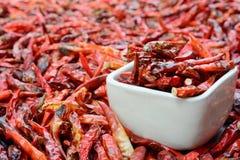 Close up de pimentas vermelhas secadas de baixo grau na bacia branca Imagens de Stock Royalty Free