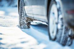 Close up de pneus de carro em uma estrada nevado Blizzard na estrada imagem de stock