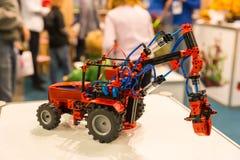 Close-up de pouco carro feito a mão do brinquedo feito da construção e do e Fotos de Stock Royalty Free