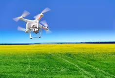 Close-up de Quadrocopter contra Foto de Stock