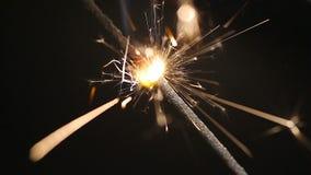Close-up de queimadura da luz de Bengal, atmosfera do Natal, feriados, bom humor video estoque