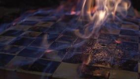 Close-up de queimadura do tabuleiro de xadrez Disparando em um grampo Movimento lento vídeos de arquivo