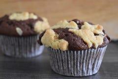 Close up de queques recentemente cozidos do chocolate com crumbles crocantes Imagens de Stock