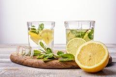 Close-up de refrescar cocktail caseiros do verão no fundo claro fotografia de stock