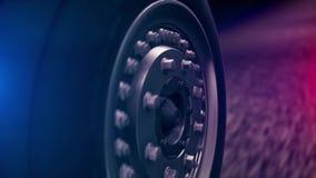 Close-up de roda de carro movente com luzes vermelhas e azuis do borrão Carros e estrada vídeos de arquivo