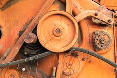 Close-up de rodas denteadas vermelhas velhas da ceifeira Imagens de Stock