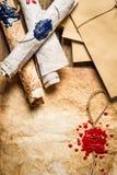 Close up de rolos e da cera de selagem velhos na tabela de madeira Imagens de Stock Royalty Free
