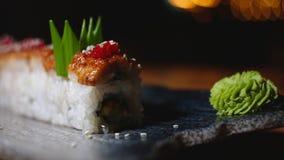 Close-up de rolos de sushi belamente decorados na placa com wasabi Quadro Sushi profissionalmente preparado e decorado foto de stock royalty free