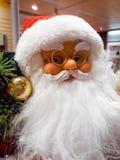 Close up de Santa Claus Doll Barba longa Vidros Bola decorativa dourada imagem de stock