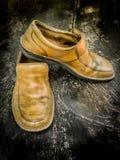 Close-up de sapatas de couro sujas Fotos de Stock