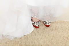 Close up de sapatas do teste padrão da zebra e de vestido de casamento fotografia de stock royalty free