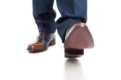 Close-up de sapatas e de calças do homem na posição de passeio Foto de Stock